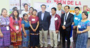 Sr. Embajador Luis E. Arreaga con la juventud que representa al Altiplano Occidental