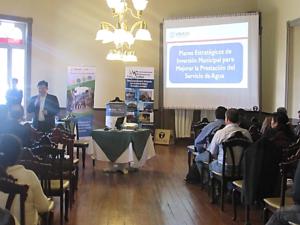 Jaime Orozco presentando los planes de inversión de agua durante el foro
